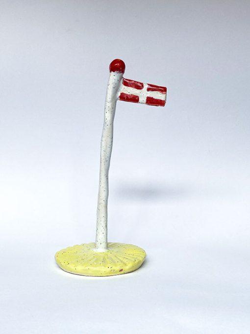 The Clay Play Keramik Flag med Hvid Flagstang og Gul Fod