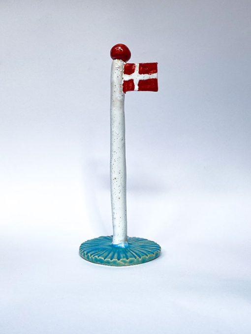 The Clay Play Keramik Flag med Hvid Flagstang og Blå Fod