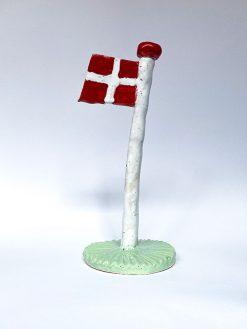The Clay Play Keramik Flag med Hvid Flagstang og Grøn Fod
