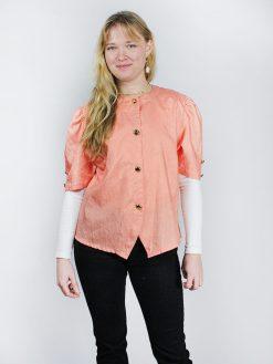 laksefarvet kortærmet skjorte med guldknapper