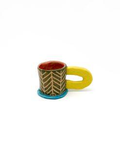 mønstret keramik kop i grøn med stor gul hank og blå fod fra Rebu Ceramics