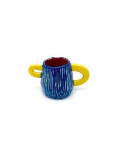 lille rund keramik kop i blå med striber og gule hanke fra Rebu Ceramics