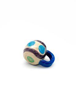 lille rund keramik kop i lys farve med blå og sort mønster